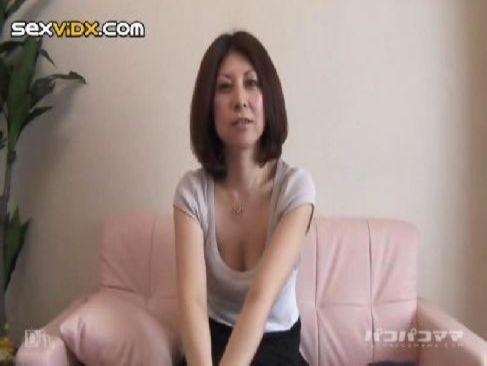 地方から上京してポルノビデオに出演する40代の普通のおばさんがコスプレで性交してる熟女動画画像無料