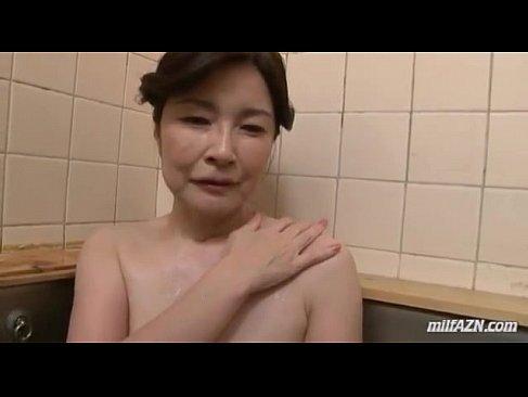六十路熟女が風呂場で強引にチンポを手淫しておまんこに挿入させられてる塾女性雑誌60