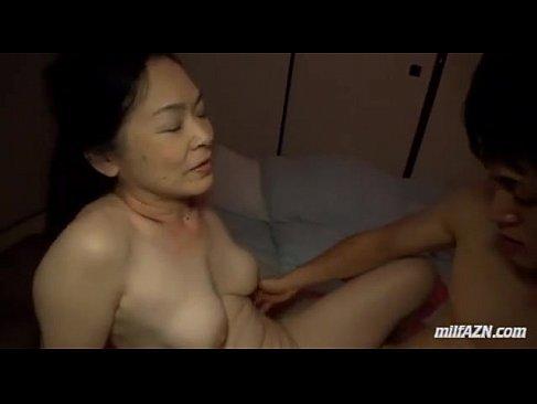 就寝中の夫の横で息子と近親相姦する還暦おばあさんの熟女性誌 60 写真 マン
