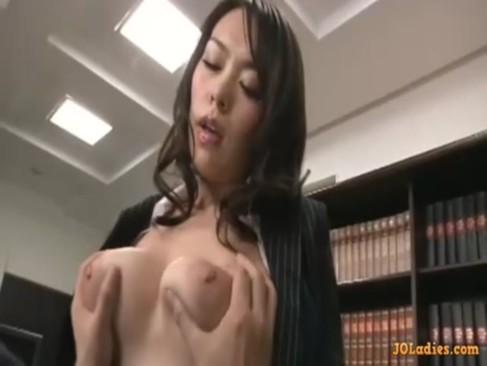 美巨乳美熟女秘書が社長とド淫乱プレイ!笑みを浮かべながらチンポを弄りまくるjyukujo動画