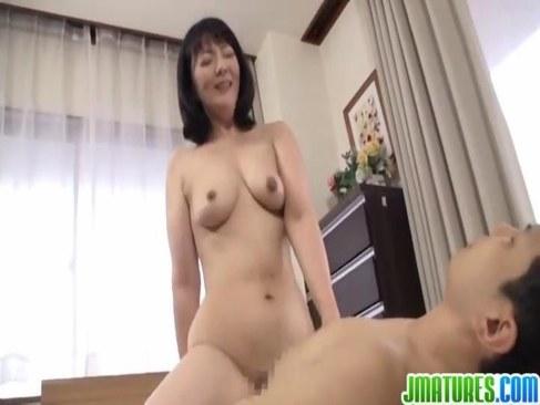 50歳になっても女を捨ててない熟女母親が息子の友達を誘惑して性行為に励んでるjyukujo動画画像無料日活