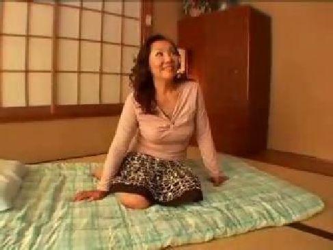 人生初の3Pで余裕の笑みを浮かべて性交する50代の昭和のおばさんなjyukujo無料倶楽部
