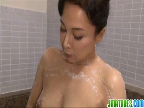 塾女性誌50a 動画のセレブ系おばさんが風呂場でオナニーしてる姿を見られるおまんこ動画