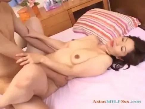 五十路美熟女妻が普通の主婦なのに不貞な浮気セックスをして女性器や陰核を許すjyukujo動画画像無料