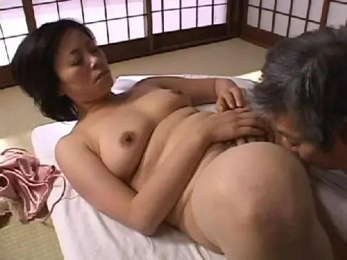 還暦の高齢者の夫婦でも寝室で濃厚なセックスをしておまんこに中出ししてるおばさんのjyukujo60歳