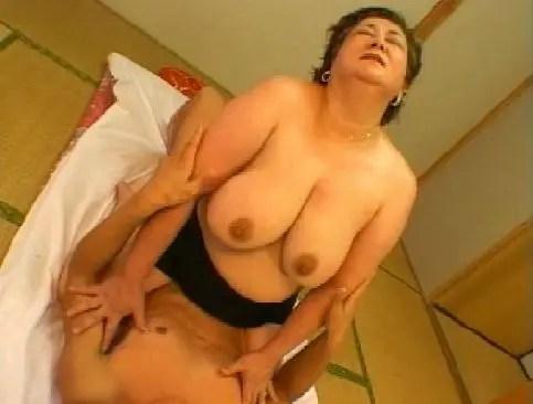 田舎在住の還暦豊満おばさんが夫婦の寝室でポルノ撮影してる熟年no夜/