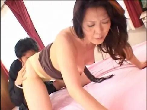 豊満完熟な六十路おばさんが経験豊富な性交で大量射精させてる還暦動画ニュース