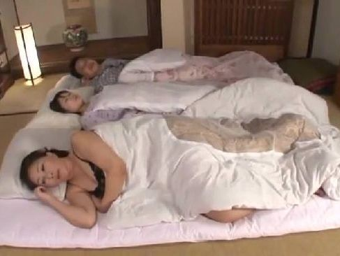 嫁の隣で寝てるおばさん体型のおかあさんを求める息子と嫌がりながらも受け入れる巨乳熟女のjyukujoma-mamama