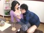 親戚の爆乳熟女の叔母さんにムラムラしておっぱいにかぶりつき叔父さんが居ない間中セックスしまくる熟女ひとづま動画