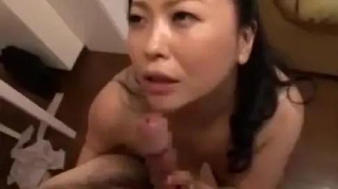 爆乳おっぱいを日々息子に揉まれ悶々とする母親がオナニーでは足りず息子と近親相姦セックスしちゃう熟女動画