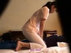 旅館で頼んで来た熟女のマッサージ師を口説いてセックスしちゃう盗撮動画