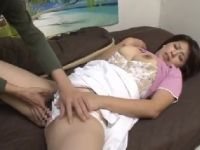 豊満な巨乳の家政婦がエロ本を見て欲情しておまんこを濡らす人妻熟女の動画