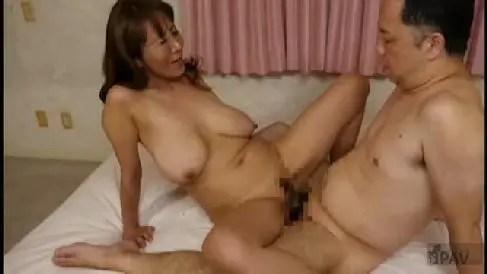 爆乳な義妹が姉夫婦の息子や旦那を誘惑して寝取っていく淫乱な熟女の動画