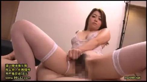 美人な熟女のAV女優北条麻妃が男優達を侍らせて気に入ったペニスをおまんこに挿入していく人妻熟女の動画