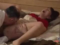 息子の学費を稼ぐ為近所の親父に体を売っていく豊満な母親の熟女セックス動画
