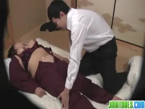 鬼畜でおばさん好きな客に迫られて抱かれる五十路豊満熟女!何をされても無反応なマグロ女なjyukujo