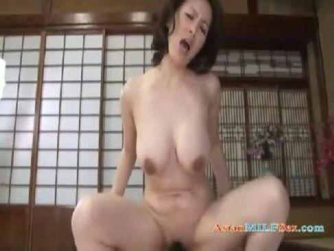 田舎に住む50代の熟女が濃密な性行為でおめこや陰核を弄られ近親相姦に励むjyukujo おばさん無料動画