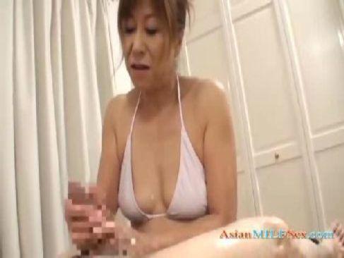 水着姿の還暦老女が久しぶりの肉棒を笑顔で手淫して大量射精をさせてるおめこなjyukujo動画画像無料