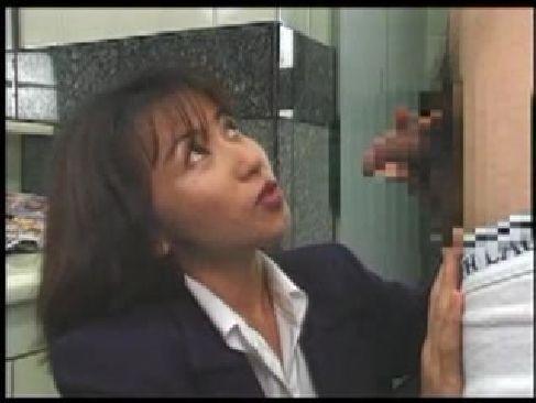 昭和の50歳の熟女OLが後輩の肉棒を弄り貧乳に大量射精させてるおめこなおばさんで本当にいいの?