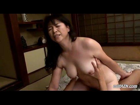 jyukujo40の五十路熟女が熟年夫婦 夜の生活で激しいピストンでおめこを突かれ悶えるセックス動画無料