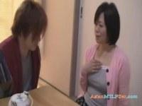 息子にせがまれおっぱいやおまんこを刺激され欲情する五十路熟女の日活 無料yu-tyubu