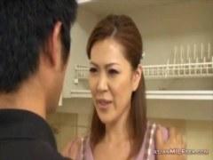 息子の友達に告白され戸惑いながらおまんこを許す40代の熟女人妻の日活 無料yu-tyubu