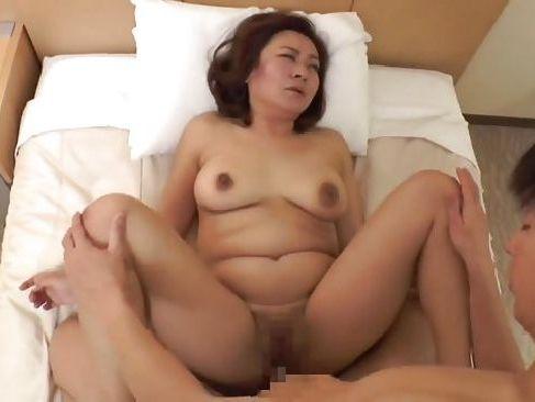 ぽっちゃりな豊満熟女が若い男とのセックスで恥ずかしながらも汗だくで感じちゃう人妻熟女の動画