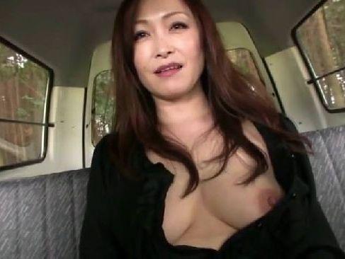 美人な四十路熟女がドライブデートで性欲開放して野外セックスやカーセックスで熟女のおまんこをさらけ出す熟女無修正動画