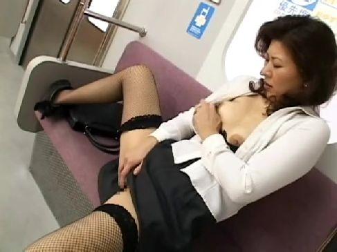 電車内で男の股間を見て興奮した熟女がディルドを取り出し興奮する熟女オナニー動画