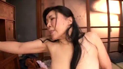 豊満な美人の叔母さんがはんけつで誘惑してくる高画質な熟女動画