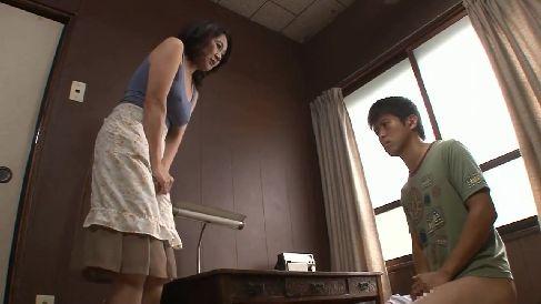 息子のオナニーを見て興奮した母が我慢できず息子といけない関係になっていく熟女動画