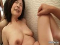 洗面台の上でハメられてる五十路おばさんのjukujyo動画
