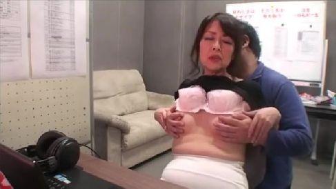 年金暮らしの熟女がモザイク処理のアルバイトで発情していく人妻熟女の動画