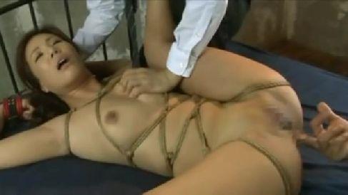 美人な人妻の銀行員が男達に緊縛されながらアナルを開発されていく熟女動画