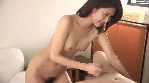 スレンダーで巨乳な父親の彼女が息子を誘惑してこっそりセックスで喘ぐ人妻熟女の動画