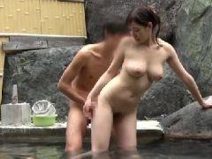 巨乳な可愛い若妻が混浴風呂で夫以外の他人棒で喘ぐセックス動画