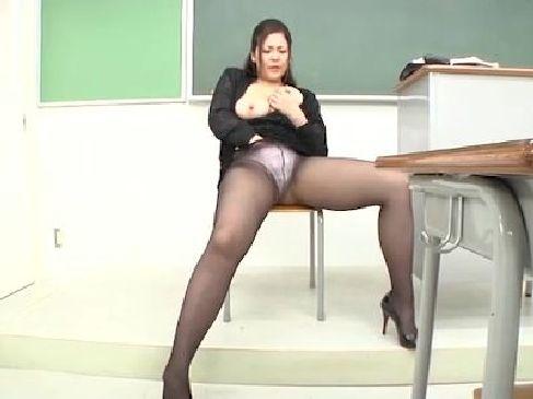 生徒をその豊満なおばさんボディを使って性教育する淫乱熟女教師!ぴちぴちのスーツとミニスカに黒パンストがエロ過ぎるjyukujo動画