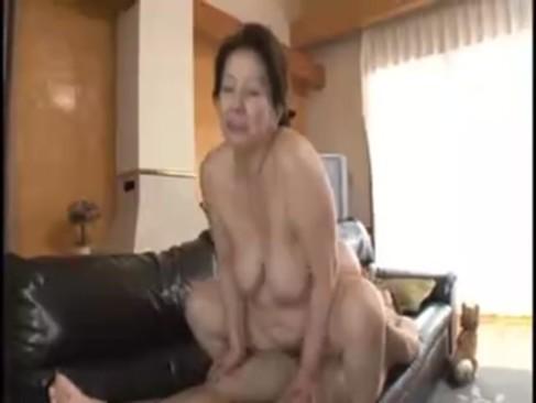 還暦おばさんの岩崎千鶴が孫ほど年の離れてる男とセックス!豊満で完熟した身体と経験豊富なエロテクで魅了してるおばさんの動画60代無料