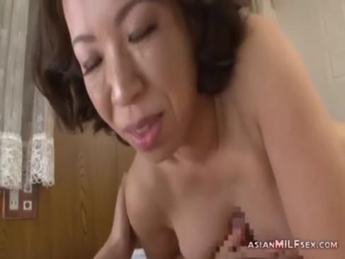 五十路垂れ乳熟女が久しぶりのチンポに大興奮!笑顔でフェラやパイズリして生でおまんこに挿入してるjyukujo無料