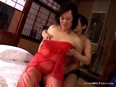 50代の豊満おばさんが勝負下着姿でセックスしてるおばさんの動画