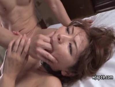 翔田千里が汗だくになって3Pをしてる熟年女動画