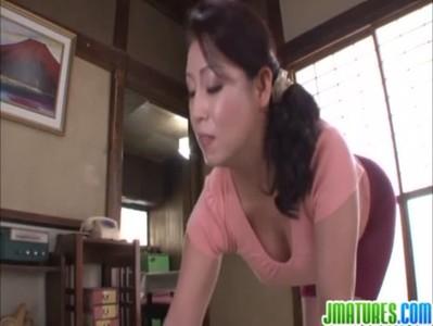愛矢峰子が和室で濃厚セックスをしてる熟年女動画