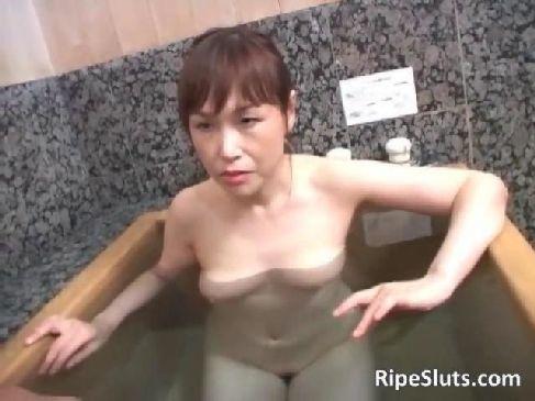 60代の還暦の色白老女が風呂場で笑顔で男根を弄りおまんこに中出しさせる熟年女動画無料