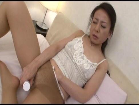 50歳の熟女人妻が性交がしたくておめこを弄り愛液まみれになるオバチャンノ-パン
