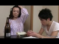 酒でほろ酔いの田舎の叔母さんが勉強中の甥を押し倒して性交してるオバさん動画