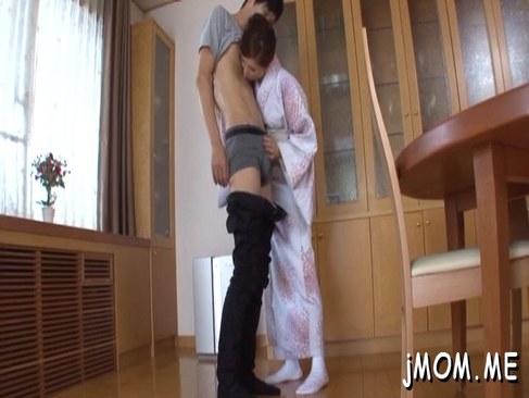 着物姿の上品な五十路熟女が夫の部下を卑猥な舌技でイカせる日活 無料yu-tyubu