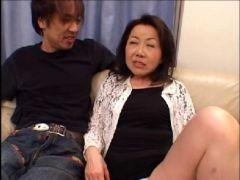 五十路の高齢熟女が久々の若い男優とのセックスで興奮しまくりの高齢熟女動画