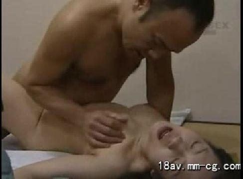 娘を追い出し知り合いの男を連れ込みセックスしたくてたまらない美人熟女動画