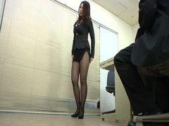 四十路美熟女OLがミニスカ黒パンスト姿で契約をもぎ取るjyukujo動画
