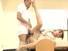 放課後の教室で用務員と激しくセックスする美熟女教師のおばさんの動画